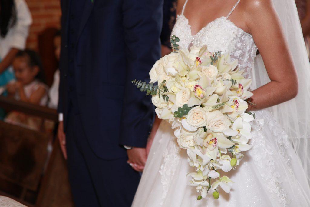 Bouquet de novia con rosas, orquideas, eucalipto bambu, elegante, sofisticado